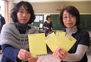 点数別にはりつけるのに便利なシールをもつ西崎浩子ベルマーク委員会代表(右... までを毎月、発表